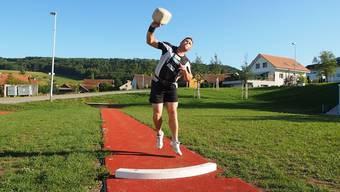 In zwei Wochen muss Steinstosser Simon Hunziker aus Herznach seine drei Schweizer Meistertitel verteidigen. Die Meisterschaft findet vor heimischem Publikum statt.