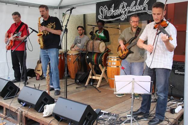 Die Band Analog Natives spielt auf der Bühne vor den Arkaden eine Afro-Latin-Jazz Mischung.