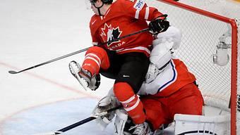 Der Kanadier Justin Schultz behindert Tschechiens Goalie Pavelec.