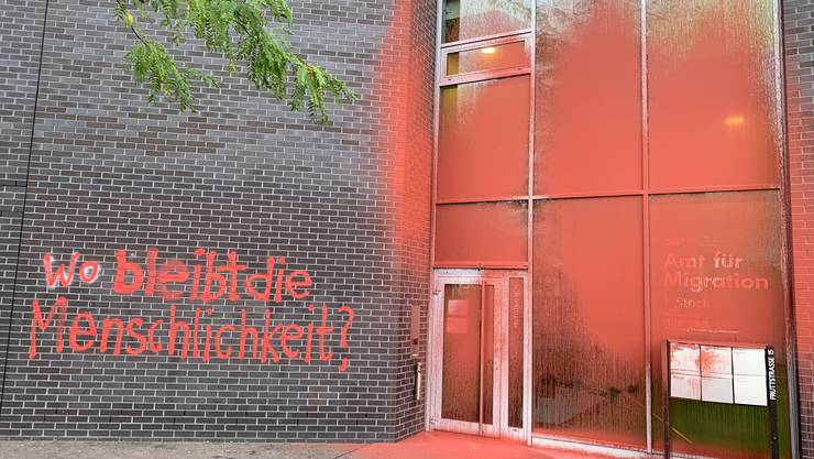 Das Gebäude an der Brünigstrasse/Fruttstrasse in Luzern, worin sich das Amt für Migration befindet, wurde mit Farbe beschmiert (Leserbild).