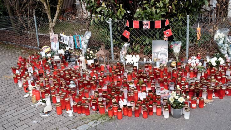 Kerzen, Laternen, Fotos, Briefe und Blumen – die Trauer um die Opfer des rätselhaften Vierfachmordes von Rupperswil ist gross. Mario Heller