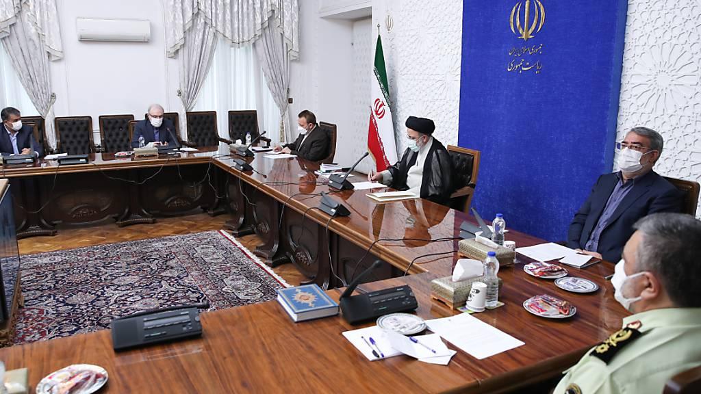 HANDOUT - Ebrahim Raisi (3.v.r), Präsident des Iran, nimmt an einem Treffen Anfang August mit der Nationalen Task Force zur Bekämpfung der Corona-Pandemie teil. Erstmals sind nach Angaben des iranischen Gesundheitsministeriums über 700 Corona-Tote an einem Tag registriert worden. Foto: Iranian Presidency/ZUMA Press Wire/dpa