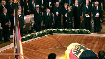 Der Sarg von Walter Scheel war an der Trauerfeier in der Berliner Philharmonie mit einer schwarz-rot-goldenen Fahne geschmückt.