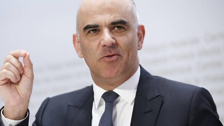 Bundesrat Alain Berset warnt angesichts der positiven Entwicklung und der tiefen Fallzahlen in der Coronakrise davor, sorglos zu werden. Das könne sich rächen. (Archivbild)