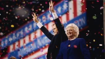 73Jahre treu an seiner Seite: Barbara Bush mit Gatte George H. Bush am Nominierungsparteitag der Republikanischen Partei 1992.Greg Smith/CORBIS/Getty Images