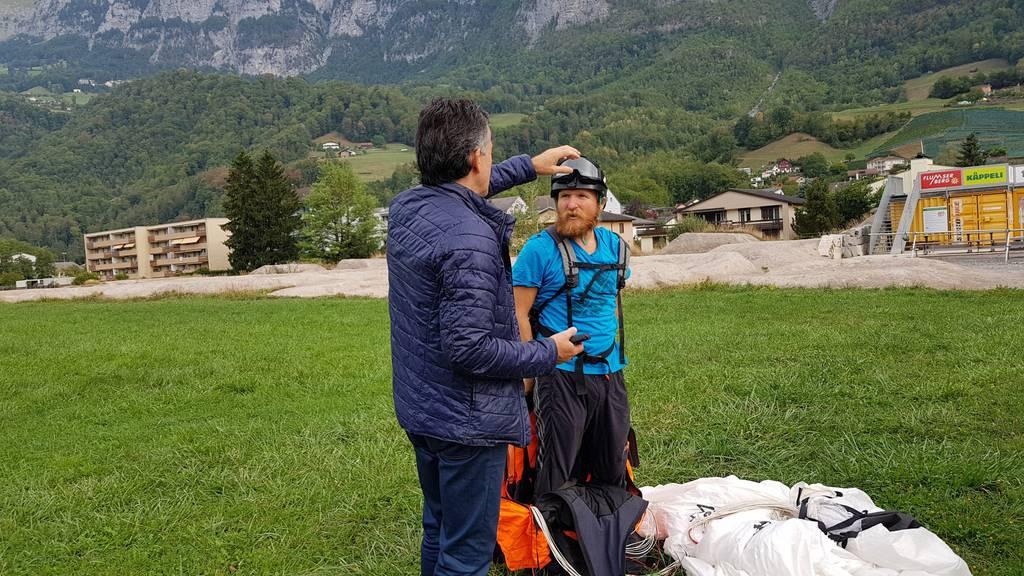 Angelo Umberg und ein Pilot tauschen ihre Kontaktdaten aus. (Bild: FM1Today/Lara Abderhalden)