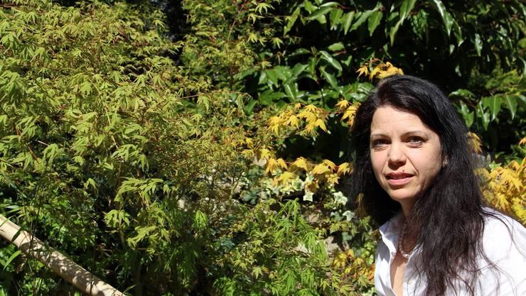 Colette Baumgartner inmitten ihres japanischen Gartens.