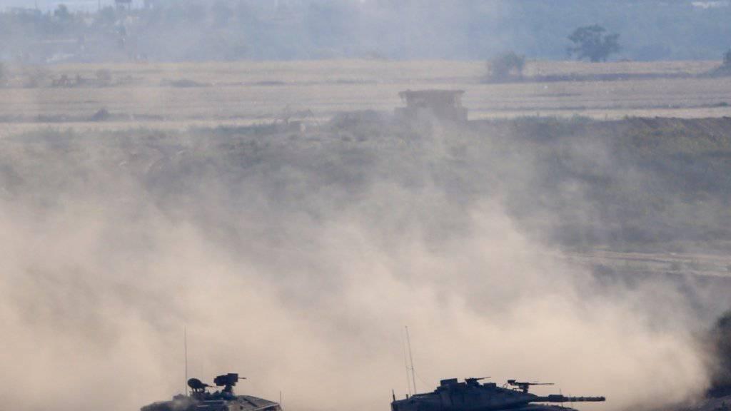 Die israelische Armee hat am Dienstag Dutzende von palästinensischen Zielen als Vergeltung für Raketenfeuer angegriffen.