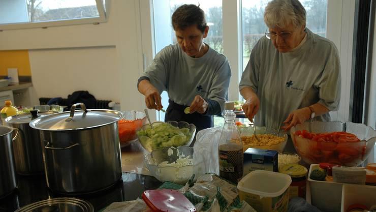 In der Küche wird eifrig gekocht und geschnippelt.