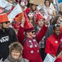 Psychisch Kranke, deren Angehörige sowie Betreuerinnen und Betreuer gingen am Donnerstag in Genf auf die Strasse, um auf selbstironische Art psychische Krankheiten zu entstigmatisieren.