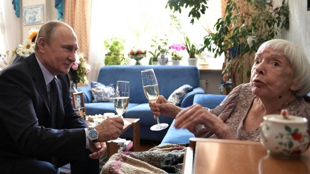 Russlands Präsidnt Wladimir Putin besucht Kremlkritikerin Ljudmila Alexejewa in ihrer Wohnung in Moskau. Anlass des hohen Besuchs ist der 90. Geburtstag der bekannten Bürgerrechtlerin.