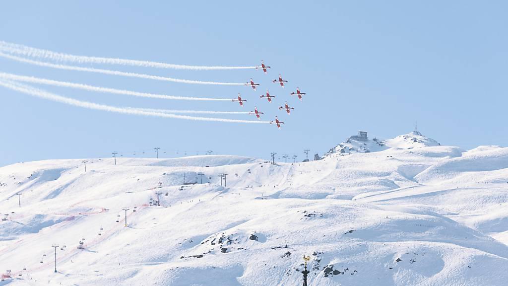 Nach einem spektakulären, aber glimpflich verlaufenen Unfall einer Kunstflugstaffel im Februar 2017 in St. Moritz ist der damalige Leiter des PC-7-Teams vor dem Militärgericht in Aarau freigesprochen worden. (Symbolbild)