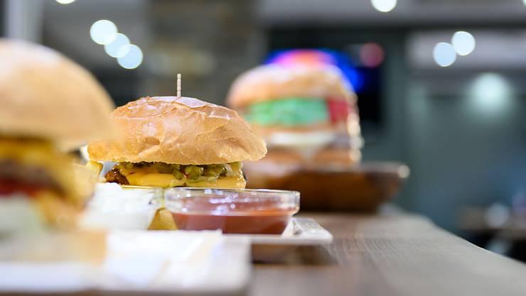 ARCHIV - Eine große Fastfood-Bestellung hat die Polizei in Melbourne auf einen Verstoß gegen die Ausgangssperre aufmerksam gemacht. Foto: Sebastian Gollnow/dpa - ACHTUNG: Nur zur redaktionellen Verwendung im Zusammenhang mit der aktuellen Berichterstattung über das Imbiß-Restaurant Udo Snack.