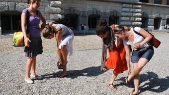 in diesen Kieselsteinen geht man unter - zumindest mit offenen Schuhen. So klauben denn auch die Schülerinnenn Steine aus ihren Flip-Flops.