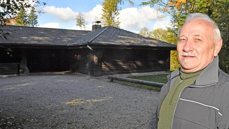 Dieter Koch, früher bei Securitas und im Asylwesen tätig, jetzt als neuer Hüttenwart vor dem Waldhaus in Gretzenbach.