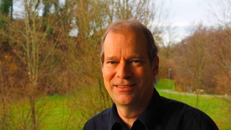 Linus Hüsser ist Historiker und wohnt in Ueken. Der50-Jährige ist ein profunder Kenner der Fricktaler Dörfer und ihrer Bräuche. Er hat unter anderem das Buch «Kapellen im Aargau» geschrieben. Seit 12 Jahren ist Hüsser Präsident der Kirchenpflege Herznach-Ueken.