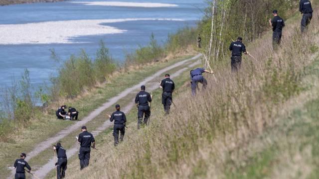 Polizisten suchen am Rhein nach dem Todesschützen (Archiv)