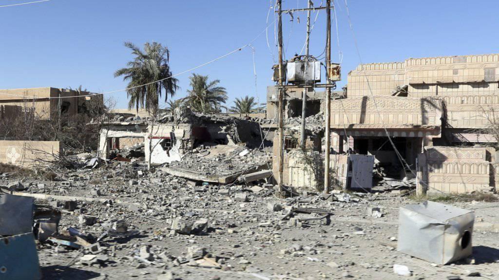 Von Kämpfen zerstörte Gebäude in der irakischen Stadt Ramadi. Laut der UNO begeht die Terrormiliz IS Kriegsverbrechen im Irak. (Archiv)