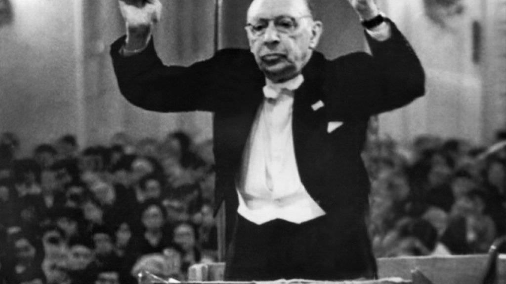 """Der russische Komponist Igor Strawinsky (1882-1971) 1962 als Dirigent. Am 28. September 2018 jährt sich sein Kammerspiel """"L'Histoire du Soldat"""" zu 100. Mal. (Archiv)"""