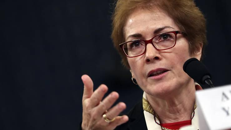 Die frühere US-Botschafterin Marie Yovanovitch sagt, sie habe sich von den Aussagen Trumps bedroht gefühlt.