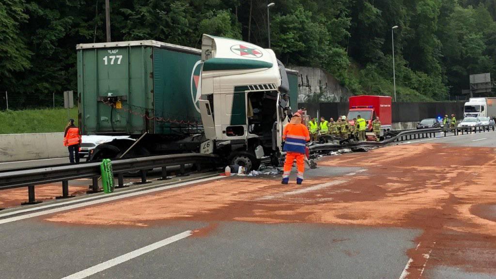 Beim Selbstunfall eines Sattelschleppers lief auch Diesel aus. Die A1 war während Stunden in beiden Richtungen nur beschränkt befahrbar.