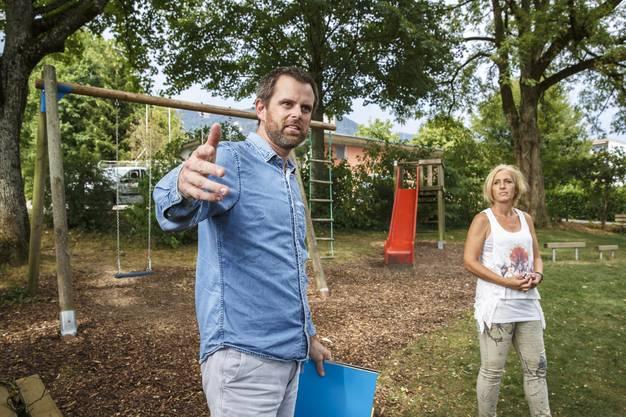 Stadtgärtner Patrick Nyfenegger und Chantal Heusser (IG Spielplatz) auf dem Spielplatz Maria-Schürerstrasse