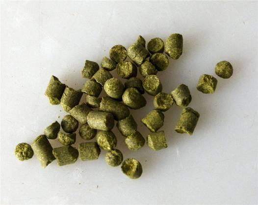 Hopfen gelangt in Form von Pellets auf den Markt. Diese werden aus den vorgängigen getrockneten Dolden hergestellt. Mit einem Kilogramm dieser Hopfen-Pellets können rund 1000 Liter Bier gebraut werden.
