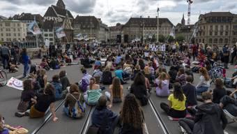 Auf der mittleren Brücke liess die Polizei die Demonstranten noch gewähren. (14. Juni 2020)