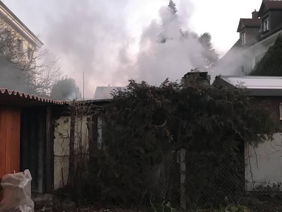 In Muttenz brennt in der Nacht auf den 1. Januar 2020 ein Gartenhaus.