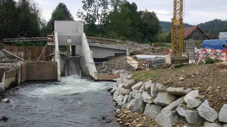 Bereits fliesst Wasser durch das Werk, das Ende Jahr fertiggebaut wird. Es wird erstmals die Fischwanderung flussaufwärts ermöglichen.