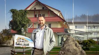 Geschäftsführer Eli Wengenmaier vor dem alten Gebäude. An dieser Stelle wird der Neubau realisiert.