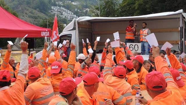 Patrick Angele, Teamleiter Bau Unia Zürich, klärt die Bauarbeiter über ihre Situation auf, dann stimmen sie über Kampfmassnahmen ab.