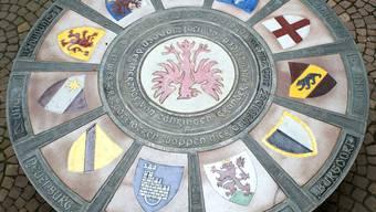 Ein robuster Wappentisch der Zähringerstädte ziert den Innenhof des Rheinfelder Rathauses.  Fotos: ach