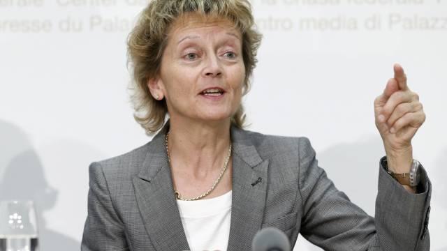 Finanzministerin Eveline Widmer-Schlumpf vor den Medien