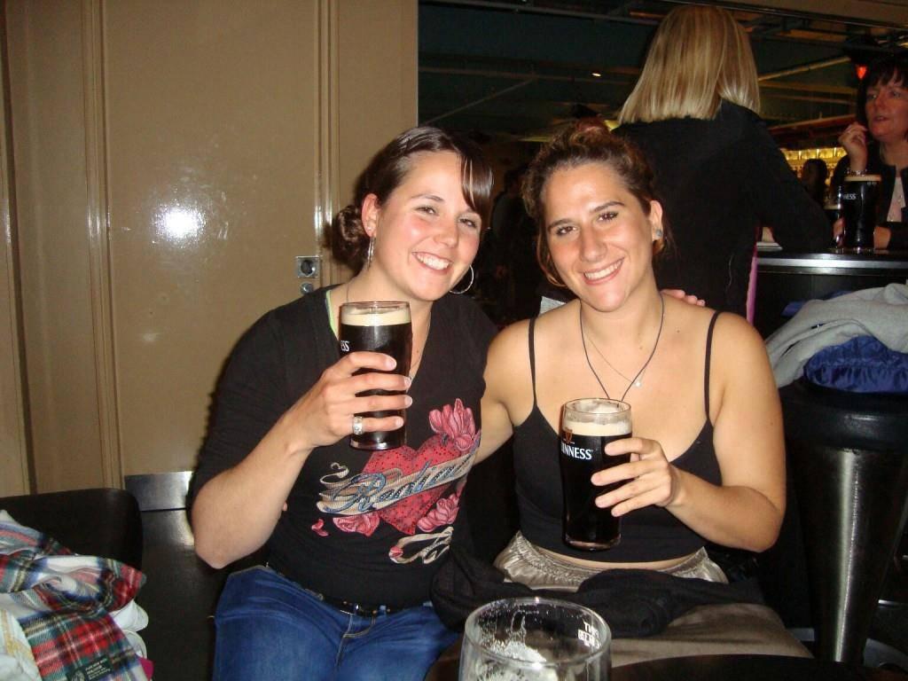 Mag nicht nur Bier aus der Heimat: Manuela Lusti (links) ist die einzige potenzielle Bierprinzessin, die aus dem Toggenburg kommt.