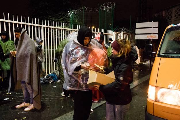 Die Oltnerin verteilt zusammen mit der Organisation «Rastplatz» warme Mahlzeiten...