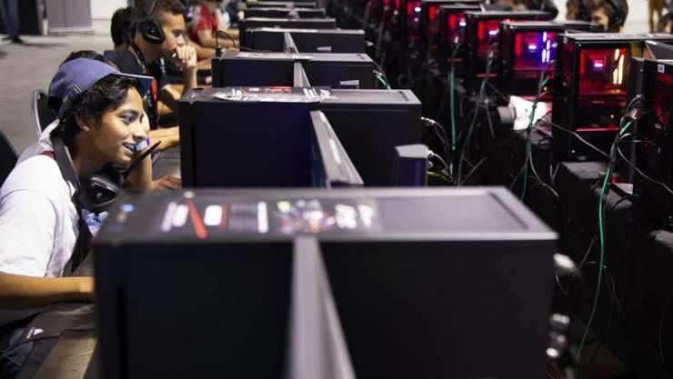 Zahlreiche Gamer profitierten an der Zurich Game Show Spielmesse von der Gelegenheit, sich an Computerspielen zu messen.