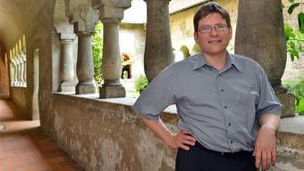 «Die Kirchgemeinde soll sich nicht abkapseln, sondern mit den Nachbarn gemeinsame Projekte auf die Beine stellen.» Adrian Suter nimmt im Kreuzgang der Stiftskirche den Fototermin wahr.Bruno Kissling