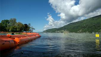 Hochwasserschutz-Elemente in der Badeanstalt entlang des Bielersees.
