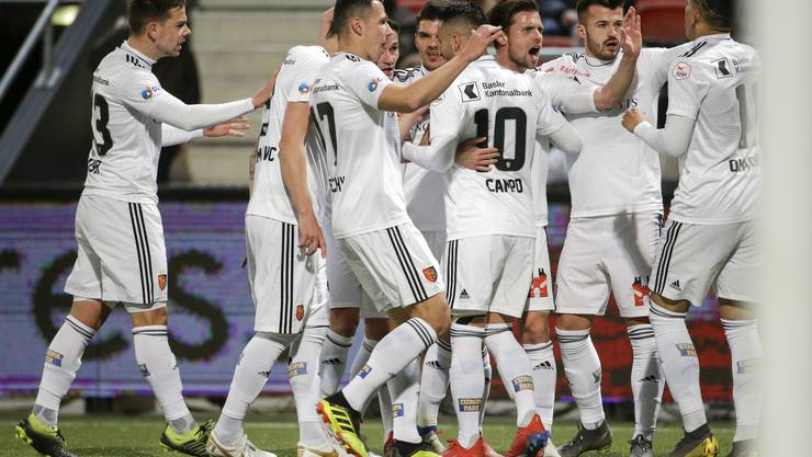 Nach anfänglichen Schwierigkeiten kann sich der FC Basel mit 2:0 gegen Xamax durchsetzen.