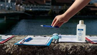 Desinfektionsmittel gehören auch bei Unterschriftensammlern derzeit zur Standardausrüstung.