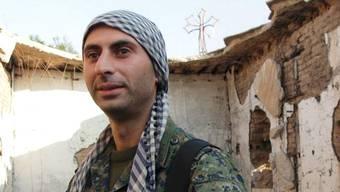 Johan Cosar vor einer vom IS zerstörten Kirche in Syrien. Twitter