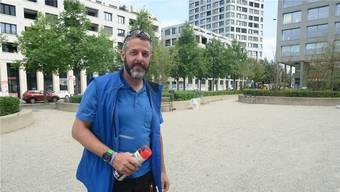 Hat eine strenge Woche hinter sich: Fabian Hauser hier auf dem Rapidplatz beim Aufsprayen der Festzelt-Standorte. Der 45-jährige Dietiker ist gelernter Tonmeister und betreibt in Bergdietikon eine Firma für Medientechnik.