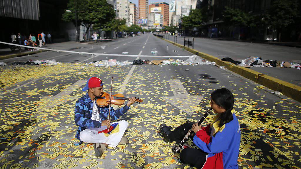 Musikanten statt Autos auf einer leeren Strasse in Venezuelas Hauptstadt Caracas. Dort findet derzeit ein Generalstreik gegen die Regierung statt.
