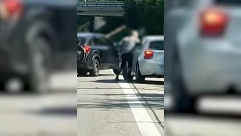 Zweikampf auf der Autobahn A1: Überholmanöver endet in Handgemenge