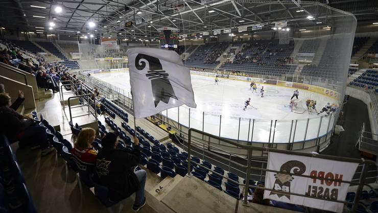 So sah ein durschnittliches Spiel der EHC Basel Sharks aus: NLB-Eishockey in einem modernen Stadion vor einer Handvoll Zuschauer.