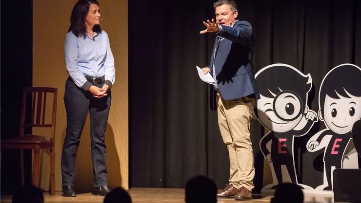 Ruedi Josuran auf der Bühne mit der Autorin Bettina Spichiger.