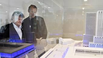 Ancillo Canepa, Präsident des FC Zürich, links, und Stephan Anliker, Präsident von GC, begutachten das Projekt des Fussballstadions Hardturm. Auf dem Areal Hardturm plant die Entwicklerin und Totalunternehmerin HRS zusammen mit Partnern den Bau eines Fussballstadions sowie 174 gemeinnuetziger und 600 privater Wohnungen. (Archivbild)