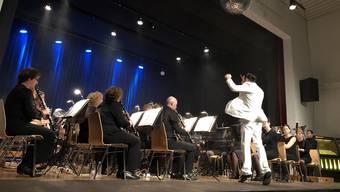 Der Dirigent Tobias Zwyer (vorne) zeigte bei der Aufführung mit seinem Blasorchester viel Feuer.