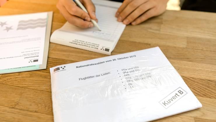 Couverts A und B, in denen die Flugblätter sämtlicher Parteilisten stecken, werden von einem Plastikumschlag zusammengehalten.
